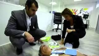 Demonstration D'utilisation D'un Defibrillateur Cardiaque En Entreprise