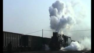 preview picture of video 'Chinese steam - JS 8062 departs Shenxi with a long train of C type gondolas'