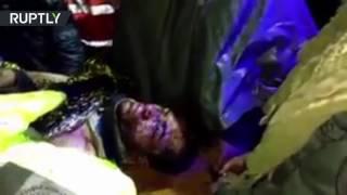 Смотреть онлайн Спасатели несут выжившего из разбившегося самолета