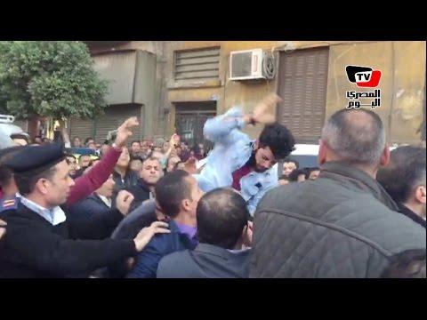 لحظة الاعتداء على ريهام سعيد وطرد طاقمها من أمام الكاتدرائية بالعباسية