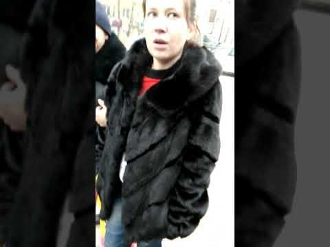 Буйная девушка разбила 3 машины ногами и молотком в Иркутске