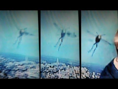 Tijdens het bekijken van het weerbericht op televisie filmde de getuige dit vreemde gevleugelde wezen
