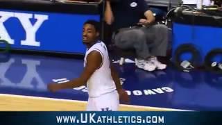 Смотреть онлайн Классный бросок на баскетбольном матче