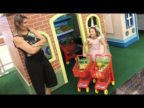 MAMÃE E FILHA BRINCANDO NO MERCADO DO PARQUINHO  DE BRINQUEDO 03