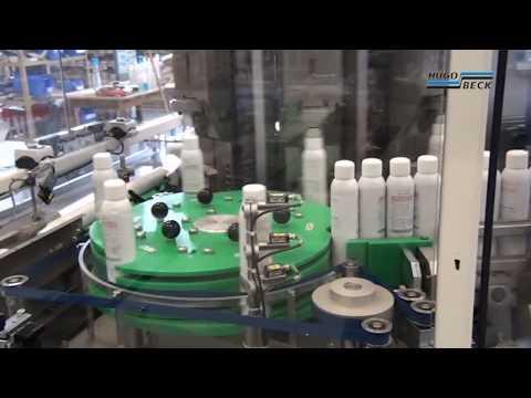 Ausrichten und Verpacken von Sprayflaschen in Folie