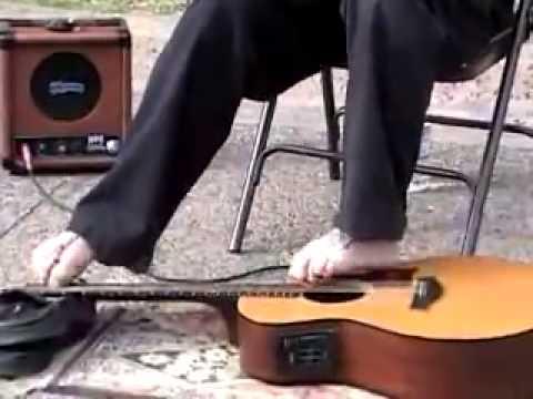 nghệ sĩ đánh guitar bằng chân