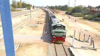 preview picture of video 'Khyber Mail approaches Chichawatni station:Pakistan Railways'