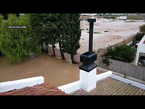العرب اليوم - شاهد: عائلة إسبانية علقت 5 ساعات كاملة قرب سقف منزلها