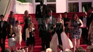 Райан Рейнольдс, EXCLUSIVE: Ryan Reynolds, Blake Lively and Captives cast exit the red carpet in Cannes