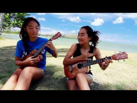 Dos chicas tocando el ukelele
