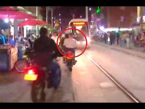 Según videos, en las noches casi nadie respeta el tranvía de Medellín en el barrio Buenos Aires