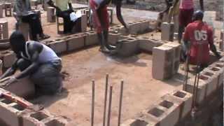 preview picture of video 'Costruzione dell'ospedale nel villaggio Umuaga Udi Nigeria - Innalzamento muro locali 1'