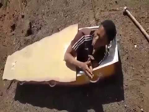 В ЮАР двое фермеров заставили работника лечь в гроб