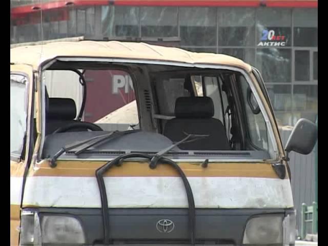 В аварии сильно пострадал микроавтобус