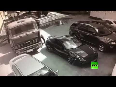 العرب اليوم - شاهد: رجل يوقف شاحنة بيديه كي لا تصطدم بسيارة بورش