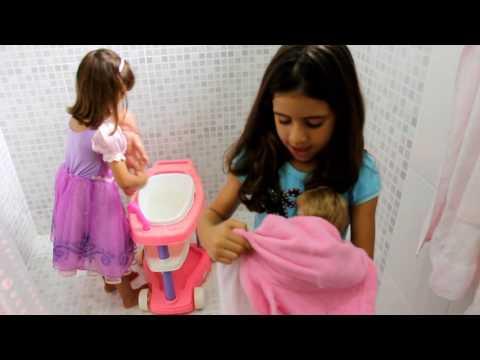 Meninas brincando de boneca!