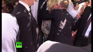 В центре Москвы женщина поцеловала Путина в щёку