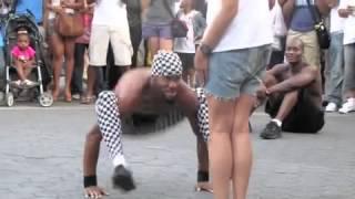 Откачен уличен танцьор се бъзика с мацка - Вижте го!!!