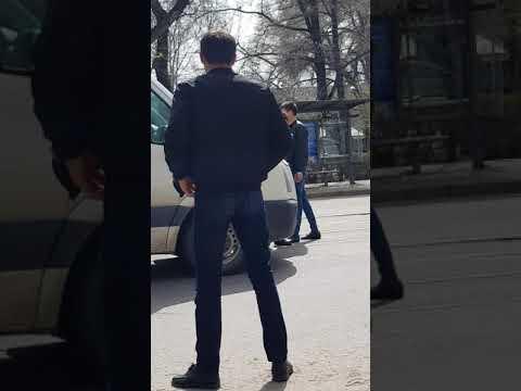 Неадекват бил и ломал автомобили в Алма-Аты