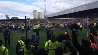 preview picture of video 'Brentford pitch invasion - From the Preston end'