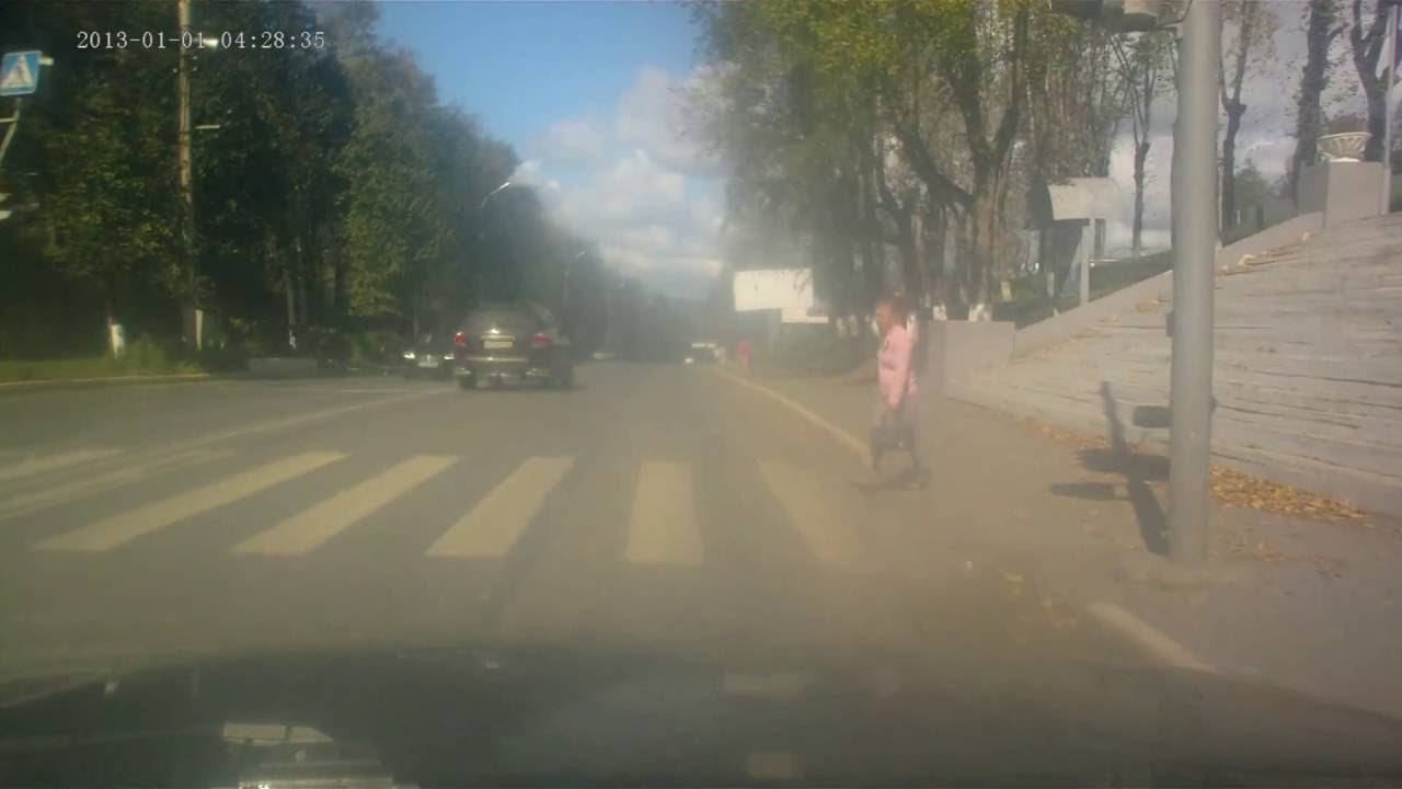 Мотоциклист сбил девушку на пешеходном переходе