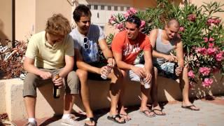 Projekt: Debilní Kecy Čechů na DOVOLENÉ / Scéna 1: Hromadné otevírání piv