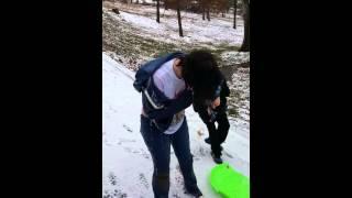 Смотреть онлайн Девчонка скатилась с горки прямо в водоем