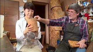 Руководитель студии «Новгородская береста» Владимир Ярыш учит промыслу гостью из Японии