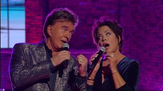 "T.G. Sheppard & Kelly Lang Perform ""Islands In The Stream"" 