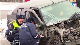 В Великом Новгороде 82-летний водитель иномарки не уступил дорогу КМАЗУ и протаранил его