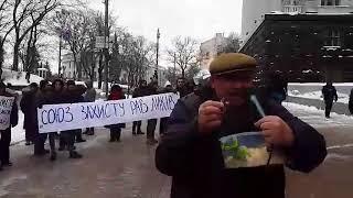 Под Кабмином проходит акция в поддержку равликов