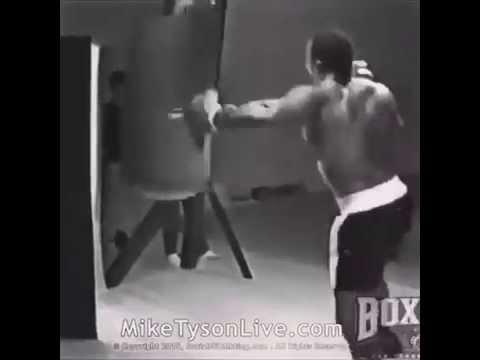 Nuori Mike Tyson hakkaa nyrkkeilysäkkiä – tavallinen henkilö kuolisi jo yhteen iskuun
