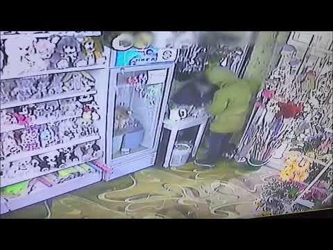 Видеофакт: Мужчина с кухонным ножом напал на продавщицу цветочного киоска