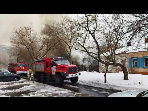 В Оренбурге вспыхнул дом на переулке Почтовом