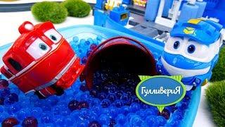 Роботы-поезда и приключения на мойке. Видео для детей с игрушками