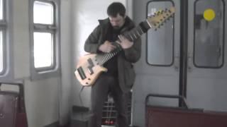 Гитарист музицирует на самодельной 12 струнной гитаре