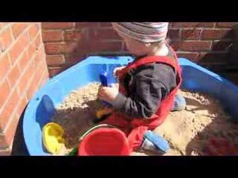 Jonas im Sandkasten