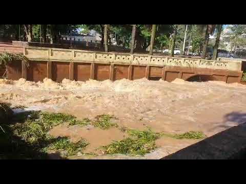 Passarela na Represa Municipal amanhece com sujeira e danificada após forte chuva deste domingo