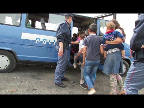 Giugliano, nel campo rom i bimbi giocano tra rifiuti e topi. controlli della polizia. guarda il video