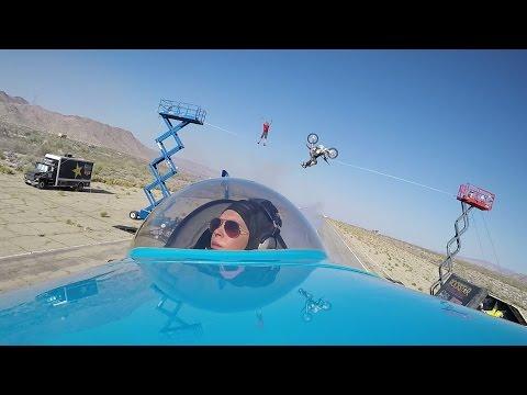hqdefault - El más dificil todavía... Un avión a baja altura, una moto y un tipo en la cuerda floja