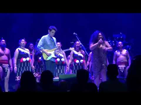John Mayer opens with How Great Thou Art + New Zealand Kapahaka performance