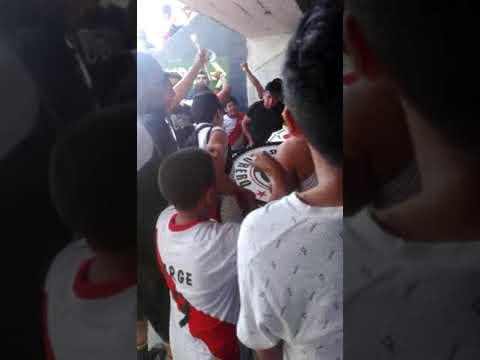 """Vamos vamos basurero vamo a ganar"" Barra: La Banda del Basurero • Club: Deportivo Municipal"