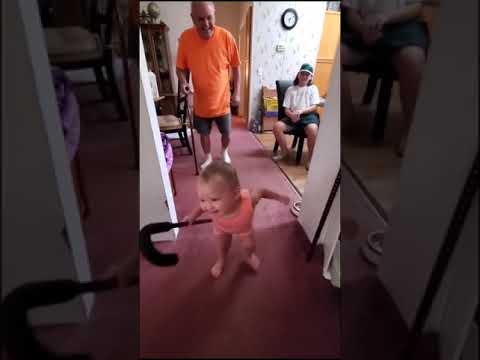 ילדה קטנה מחקה את ההליכה השפופה של סבא שלה