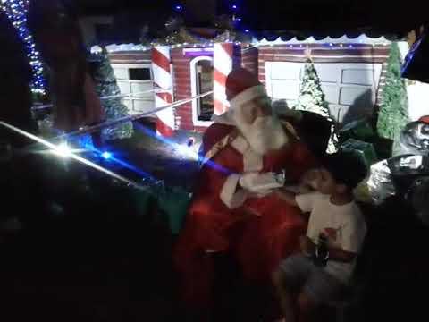 """Papá Noel sorprendió con muchos regalos a los chicos del barrio """"8 de Marzo"""" en Villa Elvira"""