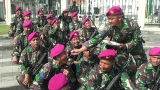 "Download Video HUT TNI; POLISI DAN TENTARA ""NGERJAIN"" PASUKAN UPACARA MP3 3GP MP4"