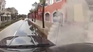 Смотреть онлайн Автомобилист обрызгал пешеходов водой