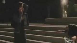 Brooke téléphone à Lucas car Peyton va mal