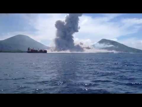 Cận cảnh núi lửa bùng nổ