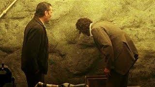 """男子看见墙上有个""""小洞"""",发现隔壁才是人间,自己活在地狱"""