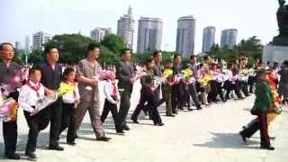 金日成主席と金正日総書記の銅像に朝鮮少年団第7回大会の代表が花かご